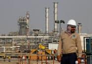 協調減産に向けたハードルは高い(サウジアラムコの石油関連施設)=ロイター