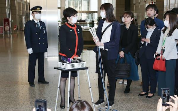 記者の質問に答える東京都の小池知事(左から2人目)=6日、都庁