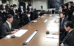 高知県内のバス、タクシー、トラック3団体トップから支援要望の文書を受け取った浜田省司・高知県知事(手前左、6日、高知県庁)