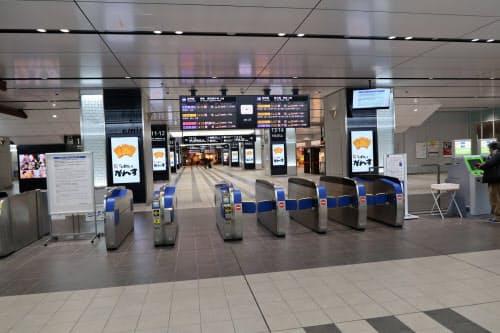 主要都市間の人の往来も急速に細る(6日、乗降客が減っている広島駅の新幹線改札)