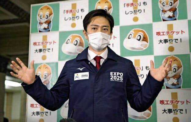 大阪府庁で取材に応じる吉村洋文知事(6日午後)=共同
