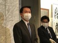 記者団の取材に応じる千葉県の森田健作知事(6日、千葉県庁)