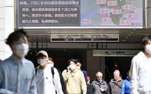 安倍首相が緊急事態宣言を発令する意向を固めたことを伝える電光掲示板(6日、大阪・梅田)