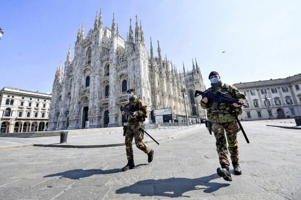 外出禁止が続くイタリアでは兵士が広場などの警備にあたる(5日、ミラノ)=AP