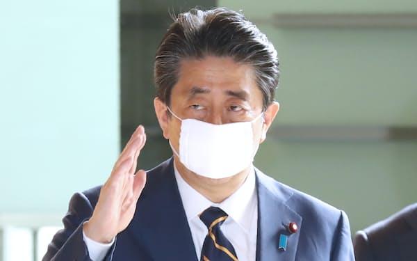 首相官邸に入る安倍首相(7日午前)
