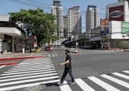 外出制限が敷かれ、閑散とするフィリピン・マニラの商業エリア(1日)=AP