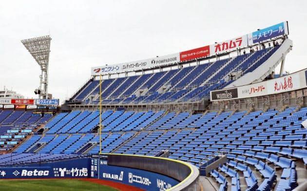 横浜スタジアムの左翼ポール後方に新設された「ウィング席」(上部)=共同