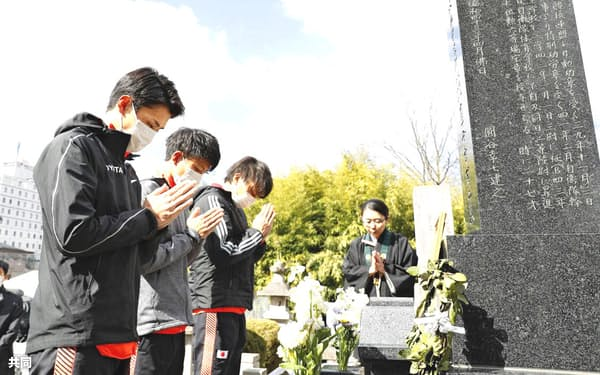 東京五輪マラソン代表が円谷幸吉さんの墓前で手を合わせた(日本陸上競技連盟提供)
