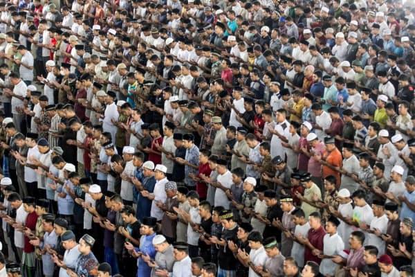 新型コロナウイルスが広がるなか、モスクでの金曜礼拝に参加するイスラム教徒(3日、インドネシア西部のアチェ州)=ロイター