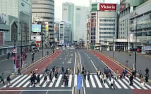 新型コロナウイルスの感染が広がり、人通りの少ない東京・新宿(6日)=共同