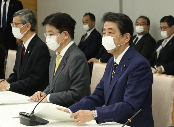 新型コロナウイルス感染症対策本部で緊急事態宣言を発令する安倍首相(7日、首相官邸)