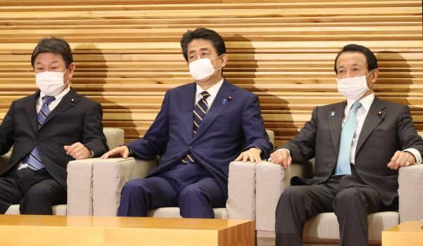 臨時閣議に臨む安倍首相(7日、首相官邸)