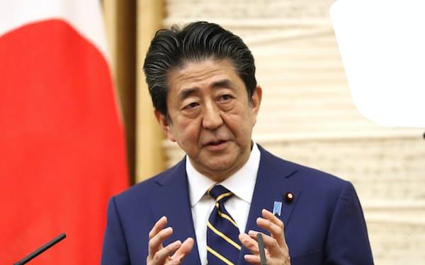 記者会見で緊急事態宣言への協力を呼びかける安倍首相(7日、首相官邸)