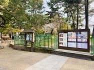 興福寺の北参道入り口に設置されたデジタルサイネージ(右側)