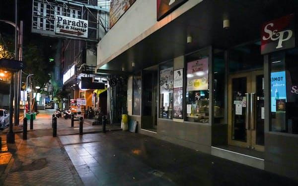 大半の商業・娯楽施設が営業停止となり閑散とするバンコクの街角(2日)=小高顕撮影