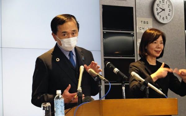 神奈川県独自の実施方針を記者会見で説明する黒岩祐治知事(左)(7日、県庁)