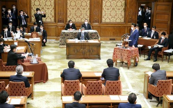 緊急事態宣言の発令に先立ち、衆院議運委で立憲民主・枝野代表(左中央)の質問に答える安倍首相(7日)