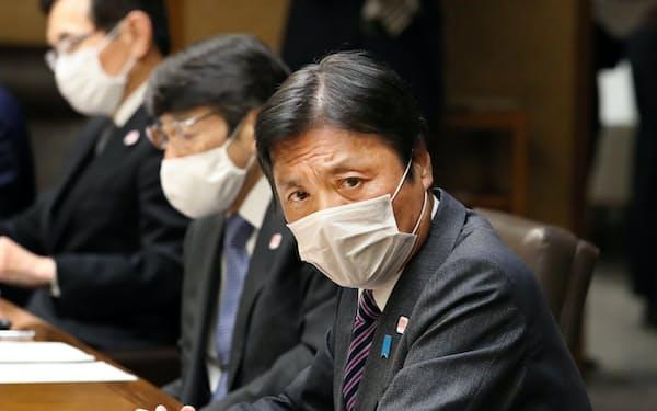 新型コロナウイルス感染症対策本部会議で発言する福岡県の小川知事(右)(7日夜、県庁)