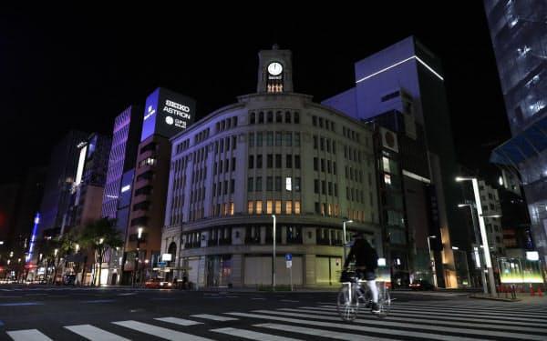 午前0時、時計台の鐘の音だけが響く銀座4丁目交差点(東京都中央区)=三村幸作撮影