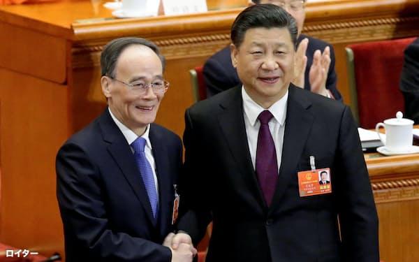 中国の王岐山(ワン・チーシャン)国家副主席(左)と習近平(シー・ジンピン)国家主席=ロイター