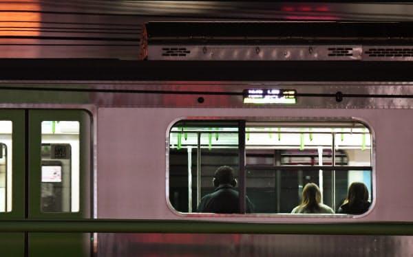 換気のため窓を開けたまま深夜の街を走る山手線(東京都新宿区)=野岡香里那撮影