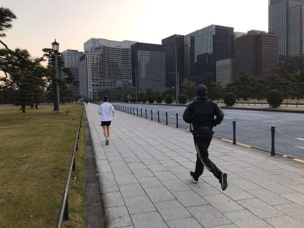 早朝に皇居周辺を走るランナーたち(東京・皇居正門前)