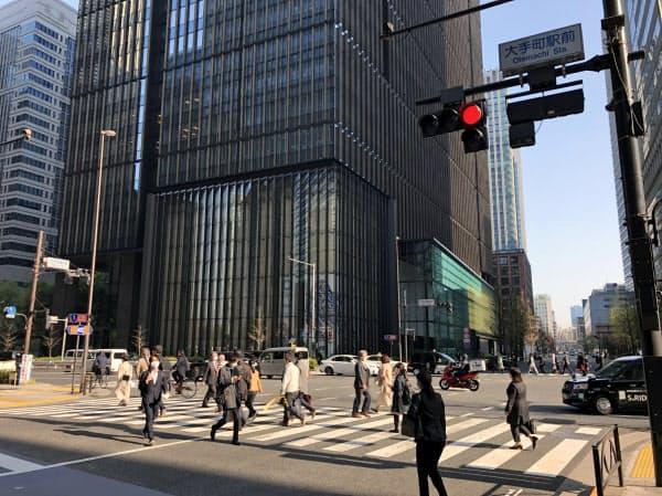 通勤する人らが行き交う(東京・大手町)