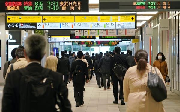 通勤時間帯のJR新宿駅。多くの人が会社へ向かう(8日午前)=淡嶋健人撮影