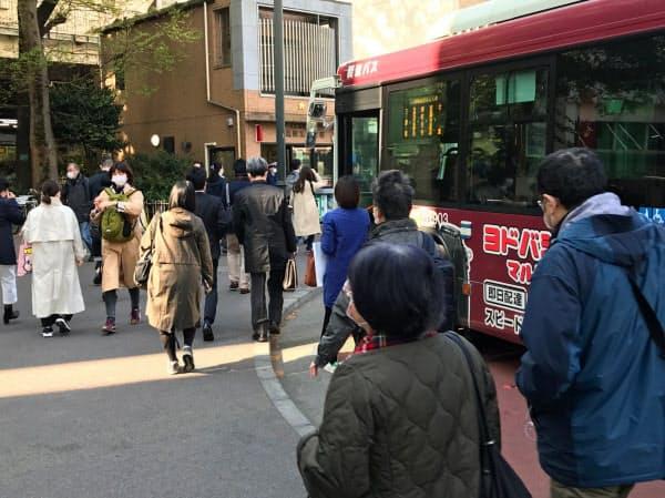 大勢の人が行き交うJR三鷹駅北口前(東京都武蔵野市)