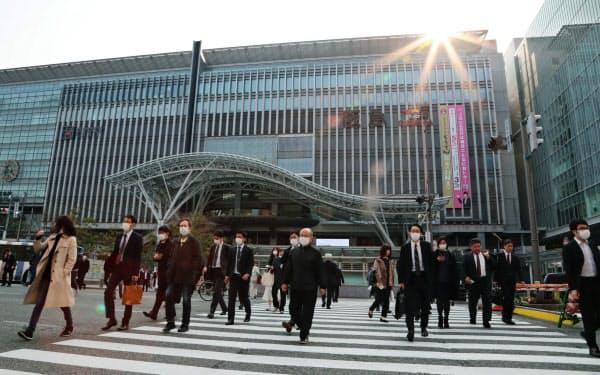 緊急事態宣言の対象地域となった福岡県。JR博多駅前では通常より人通りは少ないものの、マスク着用でいつも通り出勤する会社員の姿も(8日午前、福岡市)=沢井慎也撮影