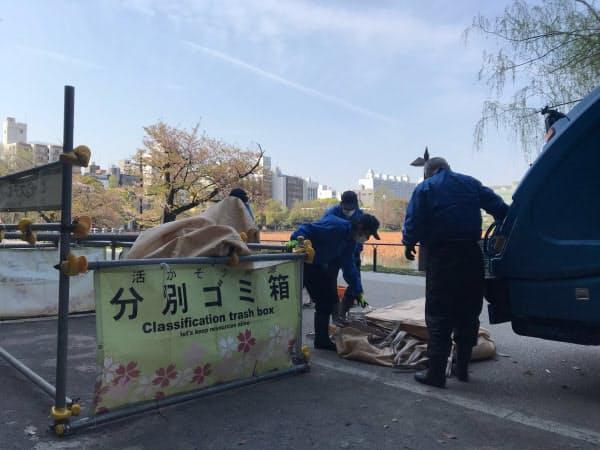上野公園でゴミを収集する担当職員(東京・台東)