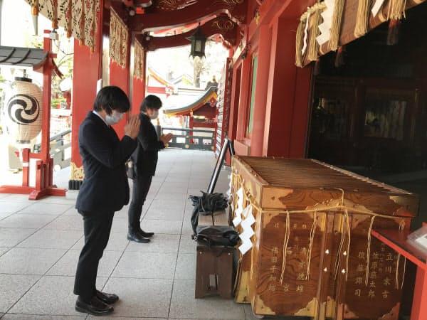 神田明神を訪れた会社員ら(東京・千代田)