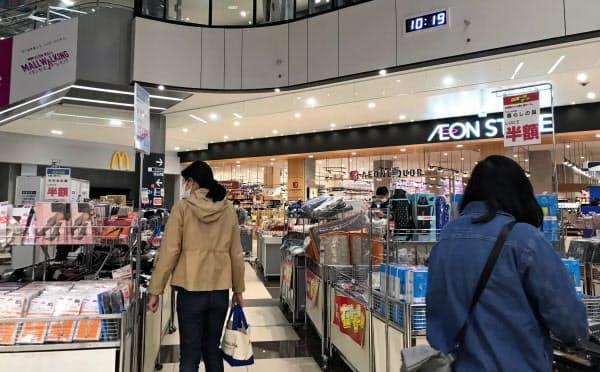 スーパー部分はふだんと変わらない光景が見られた(8日午前、千葉市の「イオンモール  幕張新都心」)