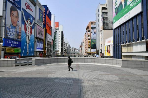 行き交う人の少ない道頓堀の戎橋(8日午前、大阪市中央区)=笹津敏暉撮影