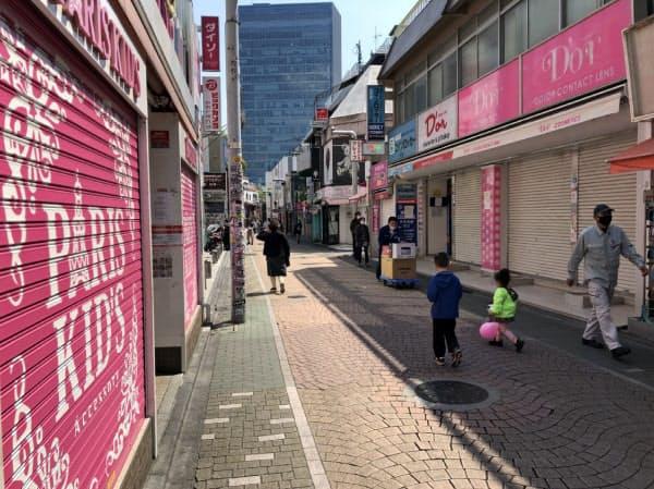 原宿の竹下通りは店のシャッターが閉まり閑散とした雰囲気