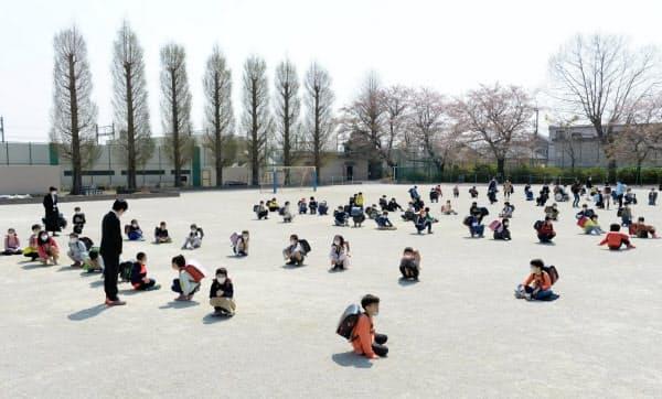 一定の間隔を保ち校庭で行われた始業式(8日午前、さいたま市中央区)=野岡香里那撮影
