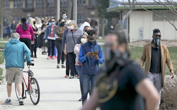 米中西部ウィスコンシン州最大都市ミルウォーキーの投票所には長蛇の列ができた=ロイター