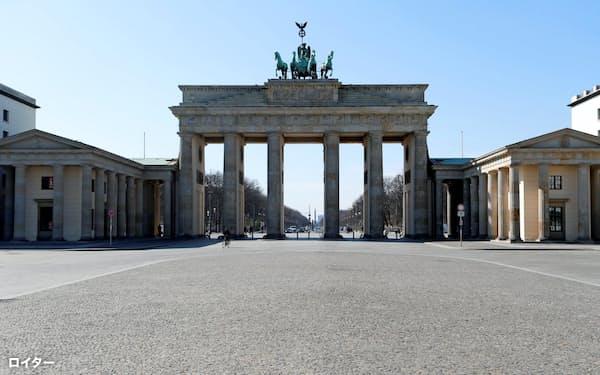 外出制限を導入したドイツでは街角から人影が消えた(3月下旬のベルリン・ブランデンブルク門)=ロイター