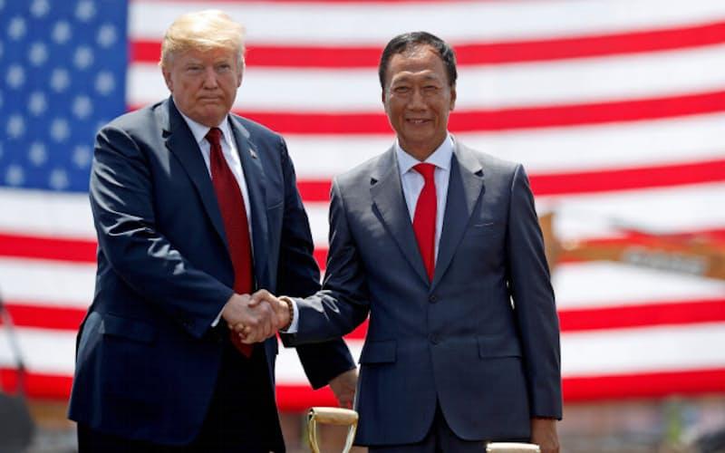 米工場の起工式でトランプ大統領(左)と握手する鴻海の郭台銘氏(18年6月、米ウィスコンシン州)=ロイター