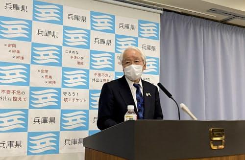 国の緊急事態宣言を受け記者会見する井戸敏三知事(7日、神戸市)