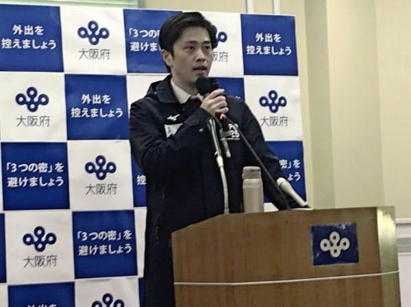 大阪府庁で記者会見する吉村洋文知事(8日午後3時すぎ)