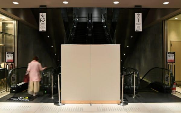 臨時休業している階に客が入れないよう、ついたてが置かれた(大阪市阿倍野区の近鉄百貨店)=目良友樹撮影