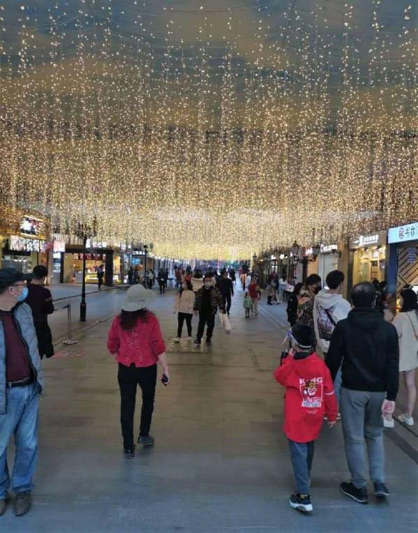 武漢市の繁華街は人通りが戻りつつある(7日、市民提供)