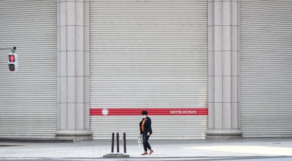シャッターが閉まった三越日本橋本店(東京都中央区)=樋口慧撮影