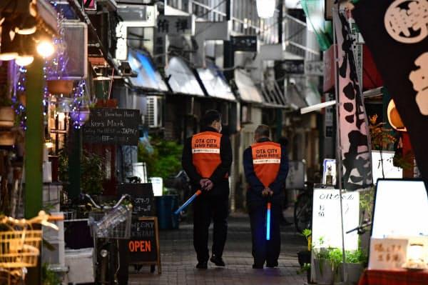 飲食店街の見回りをする東京都大田区の職員(東京・蒲田)=柏原敬樹撮影