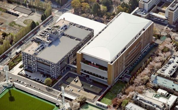 緊急事態宣言を受け事実上の閉鎖状態が続く五輪・パラリンピック選手の強化拠点、味の素ナショナルトレーニングセンター(NTC、右)と国立スポーツ科学センター(JISS)=共同