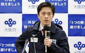 記者会見する吉村洋文知事(8日午後、大阪府庁)=共同