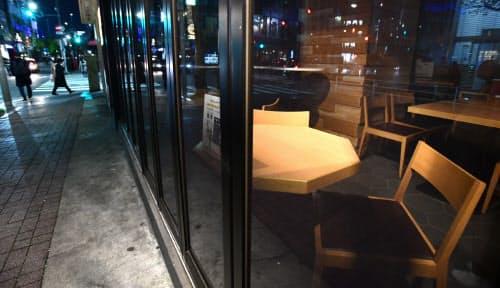 新型コロナウイルスの感染拡大で臨時休業した飲食店(6日、東京都中央区)