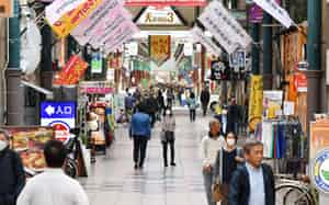 一部休業した店があるが、通常営業する店が多い天神橋筋商店街(8日午後、大阪市北区)