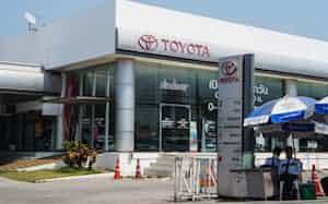 自動車販売店の客足は落ちている(3月30日、バンコク)=小高顕撮影
